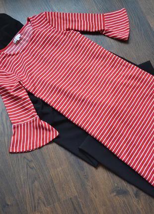 Красивое красное плате в белую полоску