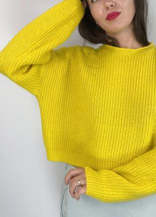 Яркий объемный свитер