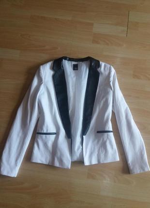 Белый пиджак с кожзамом s-m от pimkie