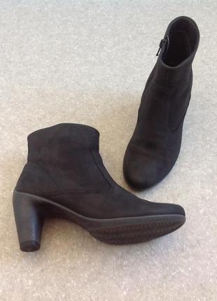 Фирменные ботинки из нубука