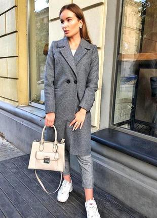 Класичне сіре пальто