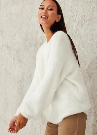 Пушистый белый свитер