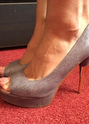 Кожаные туфли с открытым золотым носиком и на золотом каблуке