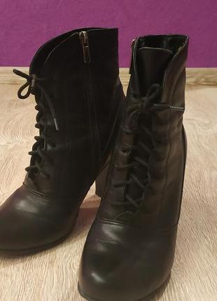 Черные кожаные ботинки на каблуке со шнуровкой