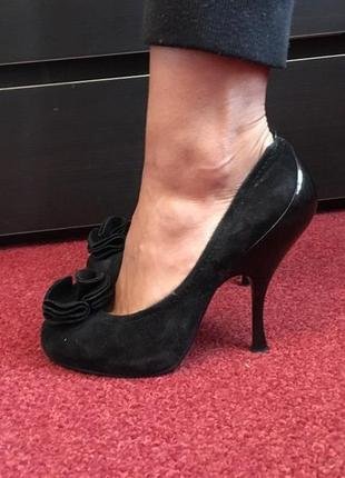 Туфли из натуральной замши на каблуке рюмочке.