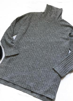 Удивлённый свитер городы в рубчик