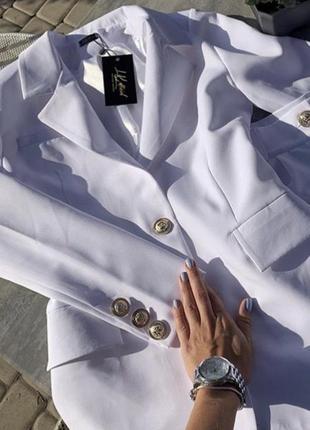 Белый модный костюм с шортами