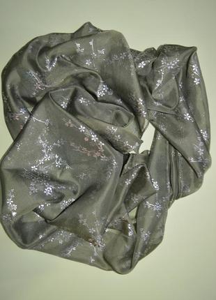 Шарф капроновый с серебристым напылением.