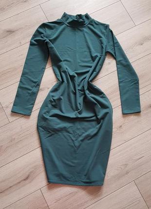 Зелёное платье прямого силуэта
