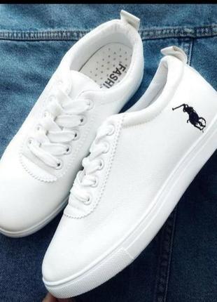 Кросовки белые.