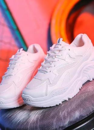 Новые белые кроссовки на массивной подошве.