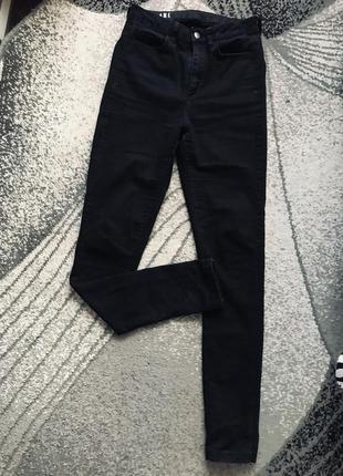 Чёрные стрейчевые джинсы высокой посадки