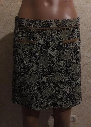 Симпатичная ровная мини-юбка с интересным принтом