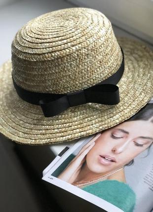 Соломенная шляпка канотье с черной лентой