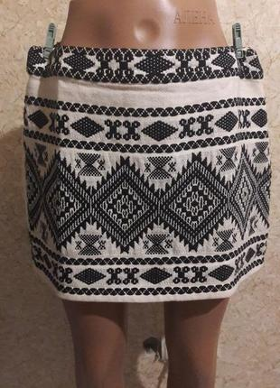 Симпатичная молочная юбка с черной вышивкой и люрексовой нитью