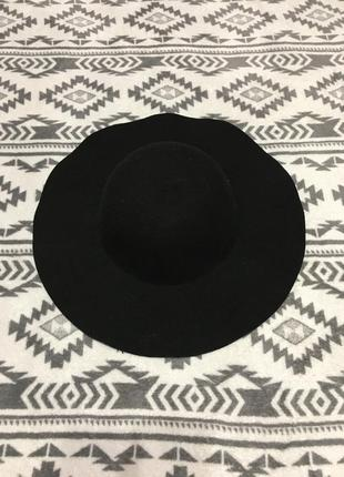Красивая шляпа с широкими полями