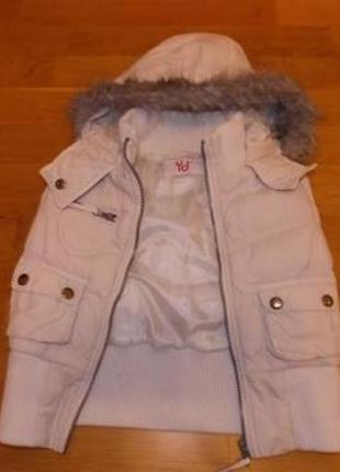Стильная белая жилетка р-р128(от 120 до 134).теплая(как куртка)
