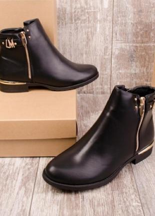 Стильные чёрные осенние короткие ботинки с молнией демисезон