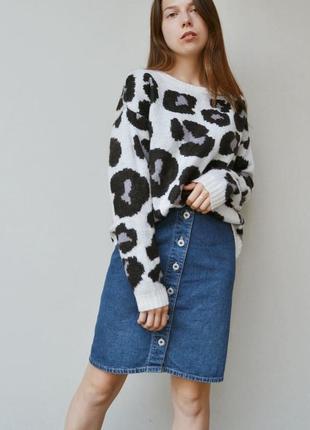 Серый пятнистый свитер с актуальным крупным принтом h&m
