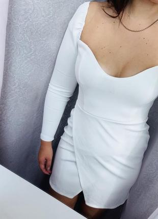 Коктейльное платье с красивым вырезом и юбкой на запах