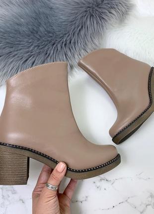 Бежевые кожаные ботинки на каблуке.
