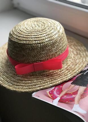 Соломенная женская шляпка канотье с коралловой лентой