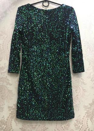 Маленькое  платье  декорированное зелеными пайетками8 фото