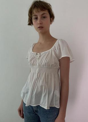 Легкая блуза с короткими рукавами резинкой под грудью