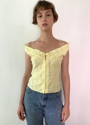 Блуза с открытыми плечами и перфорацией