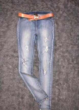 Узкие стрейчевые джинсовые скини рванки. бренд pieces accessories