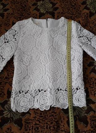 Белая красивая блузка