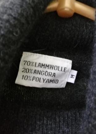 Теплый свитер под горло с вышивкой из бисера4 фото