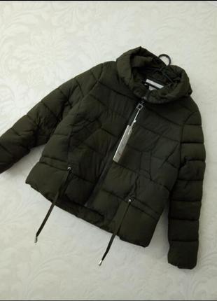 Брендовая демисезонная хаки  куртка с большим капюшоном и помпоном
