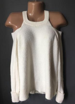 Теплый свитер с открытыми плечами