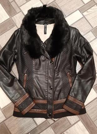 Теплая, зимняя куртка из качественного кожзама, есть ньюанс