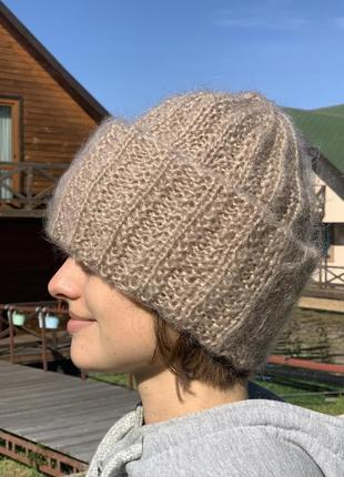 Мохеровая шапка бежевого цвета