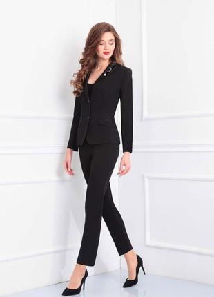 Черный коротенький пиджак с цветными манжетами