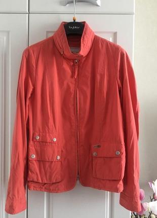 Красивая и актуальная тонкая куртка-ветровка geox