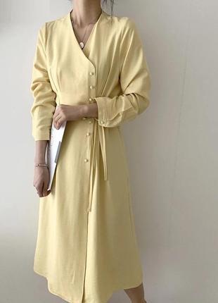 Тренд платье миди с пуговицами на запах пыльно-желтое пастельное с защипами