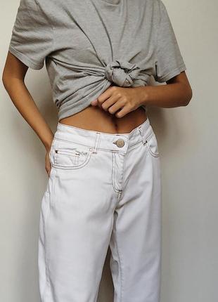 Белые джинсы с контрастной строчкой
