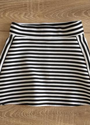 Черно-белая полосатая юбка