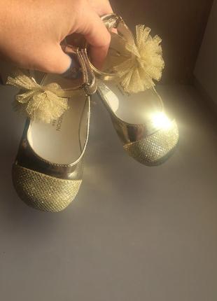 Дитячі золоті туфельки