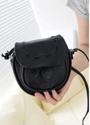 Маленькая черная сумочка на длинной ручке