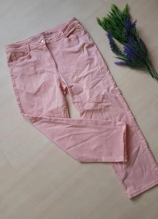 Нежно-розовые джинсы с подворотом