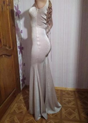 Облегающее вечернее платье с разрезом спереди из парчи.