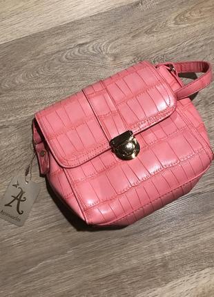 Розовая сумочка под рептилию от бренда accessorize