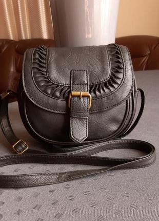 Красивая круглая черная сумка кроссбоди фирмы atmosphere