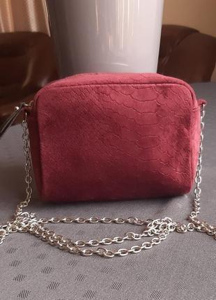 Красивая бордовая велюровая сумка на длинном ремешке фирмы primark в новом состоянии