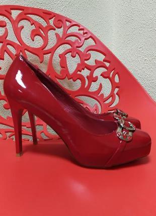 Очень-очень красивые лаковые туфли глубокого красного цвета