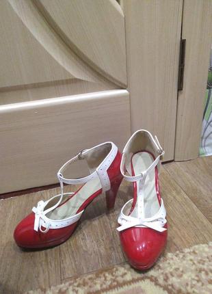 Очень стильные лакированые туфельки 39 р